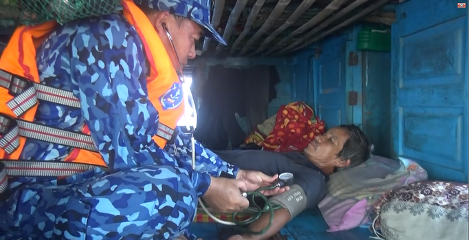 Cảnh sát biển cứu nạn, sửa giúp tàu cho ngư dân - Ảnh 5.