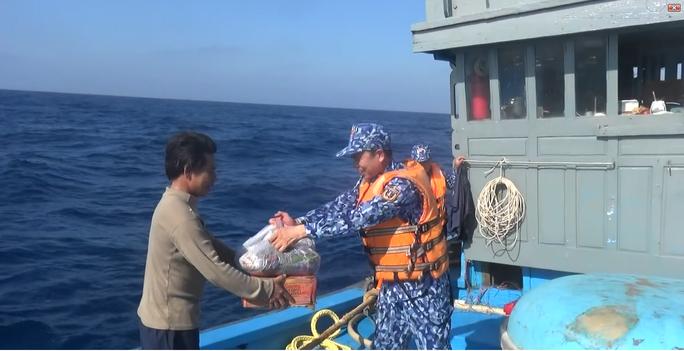 Cảnh sát biển cứu nạn, sửa giúp tàu cho ngư dân - Ảnh 4.