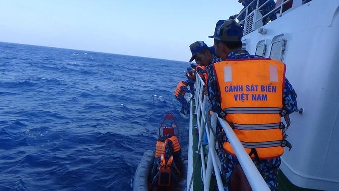 Cảnh sát biển cứu nạn, sửa giúp tàu cho ngư dân - Ảnh 3.