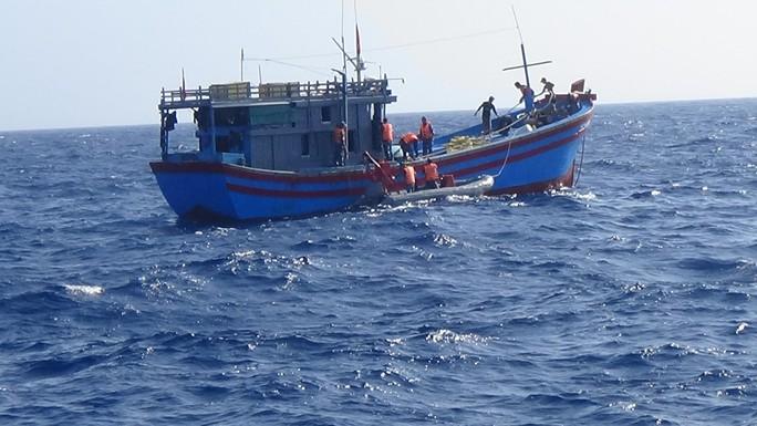 Cảnh sát biển cứu nạn, sửa giúp tàu cho ngư dân - Ảnh 1.