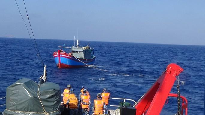 Cảnh sát biển cứu nạn, sửa giúp tàu cho ngư dân - Ảnh 2.