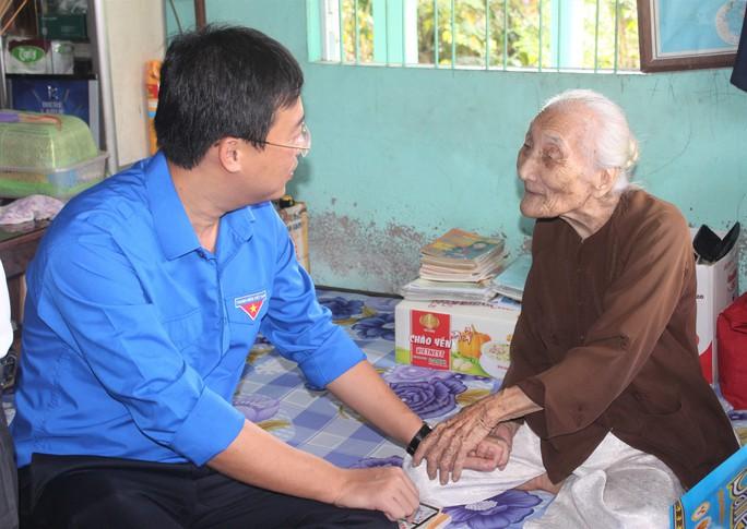 Sinh viên tình nguyện ở Bạc Liêu trao gà giống cho hộ dân khó khăn - Ảnh 2.