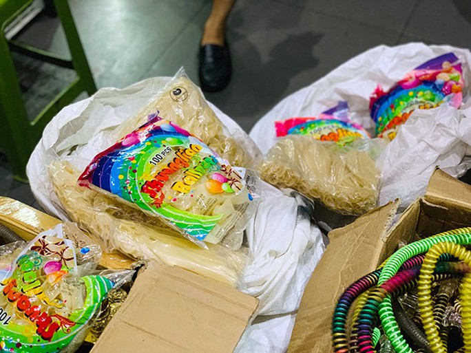 Đột kích hơn 20 quán bar ở Hà Nội, thu giữ 10.000 quả bóng cười - Ảnh 1.