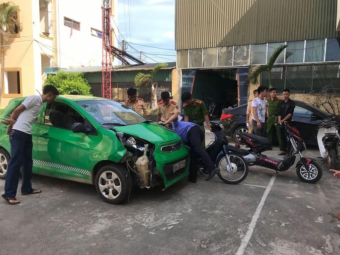 Xe ôtô điên gây tai nạn liên hoàn rồi bỏ trốn - Ảnh 2.