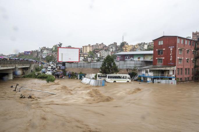 Lũ lụt khủng ở Nam Á, 180 người chết, hàng triệu người di dời - Ảnh 5.