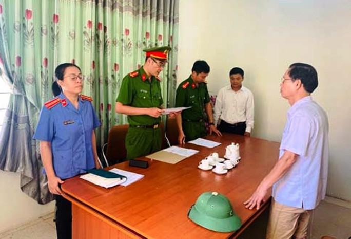 Bắt nguyên chủ tịch xã và cán bộ địa chính lập khống hồ sơ đền bù, chia chác 300 triệu đồng - Ảnh 1.