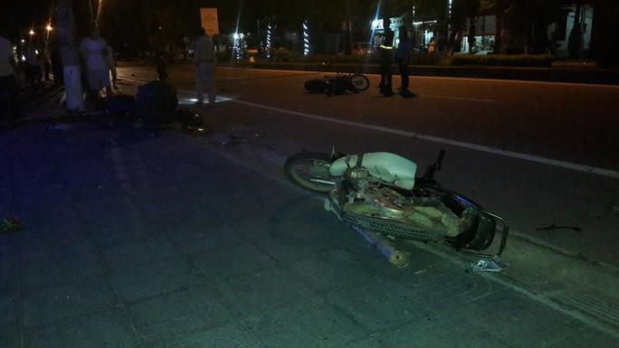 Xe ôtô điên gây tai nạn liên hoàn rồi bỏ trốn - Ảnh 1.