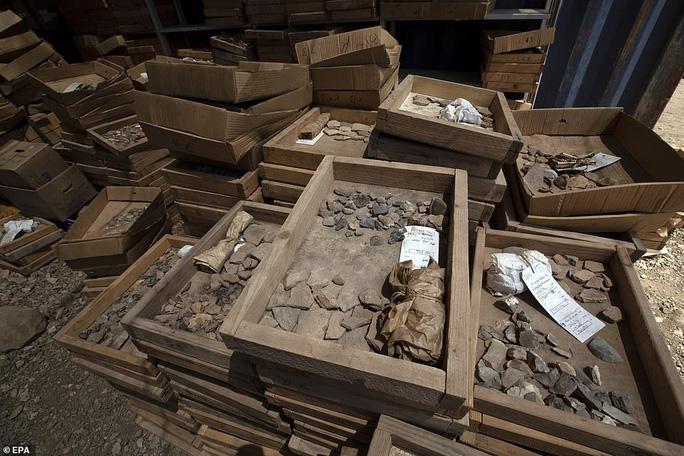 Làm đường, đào trúng thành phố ma đầy mộ cổ và vũ khí - Ảnh 8.