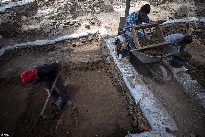 Làm đường, đào trúng thành phố ma đầy mộ cổ và vũ khí - Ảnh 6.