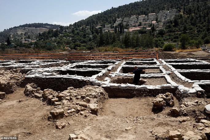 Làm đường, đào trúng thành phố ma đầy mộ cổ và vũ khí - Ảnh 1.