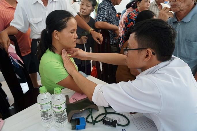 Khám sàng lọc bệnh lý đái tháo đường và tuyến giáp cho hàng ngàn người - Ảnh 2.