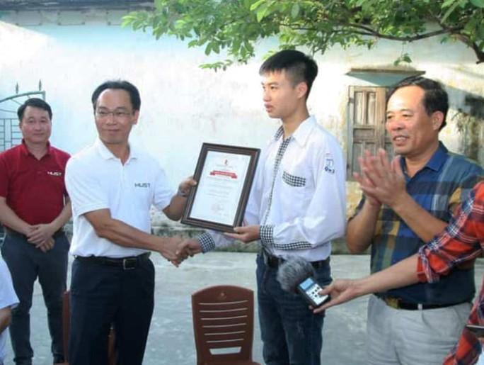 Hiệu trưởng Trường ĐH Bách khoa Hà Nội về tận nhà riêng trao học bổng cho thủ khoa khối A - Ảnh 1.
