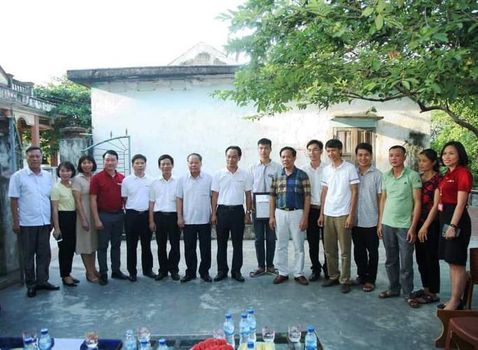 Hiệu trưởng Trường ĐH Bách khoa Hà Nội về tận nhà riêng trao học bổng cho thủ khoa khối A - Ảnh 3.
