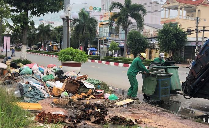 Dân bức xúc vì bãi rác nằm án ngữ cửa ngõ vào TP Bạc Liêu - Ảnh 9.