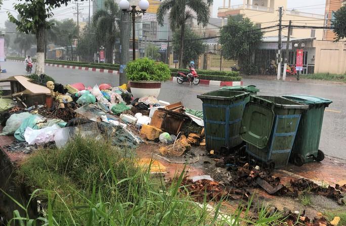 Dân bức xúc vì bãi rác nằm án ngữ cửa ngõ vào TP Bạc Liêu - Ảnh 10.
