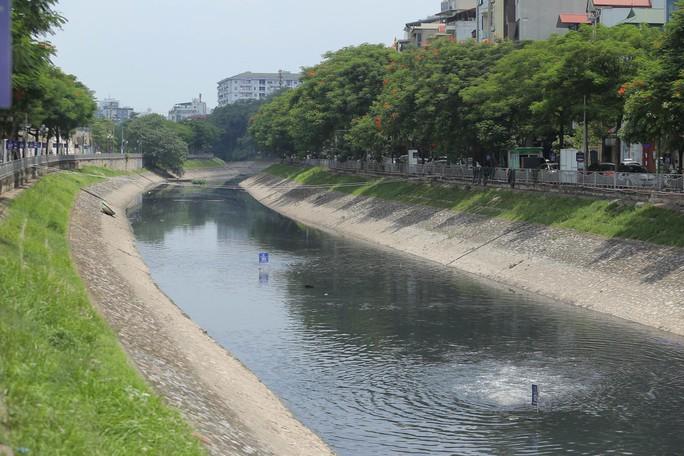Xả nước vào sông Tô Lịch: Cuốn trôi thành quả 2 tháng - Ảnh 1.