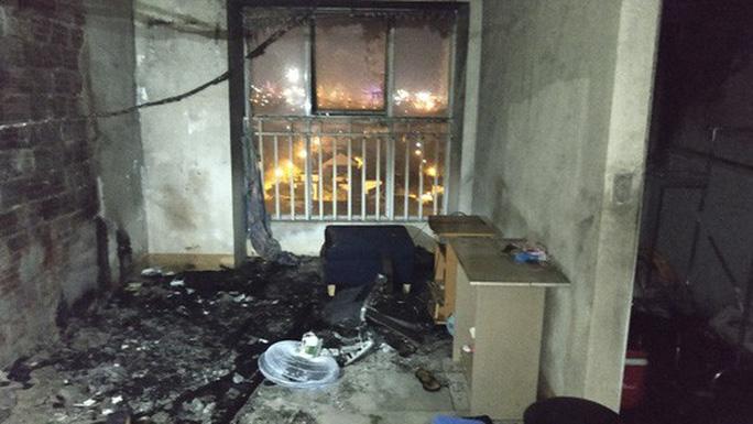 Thắp nhang trên bếp gây hỏa hoạn, cả chung cư chạy tán loạn - Ảnh 1.