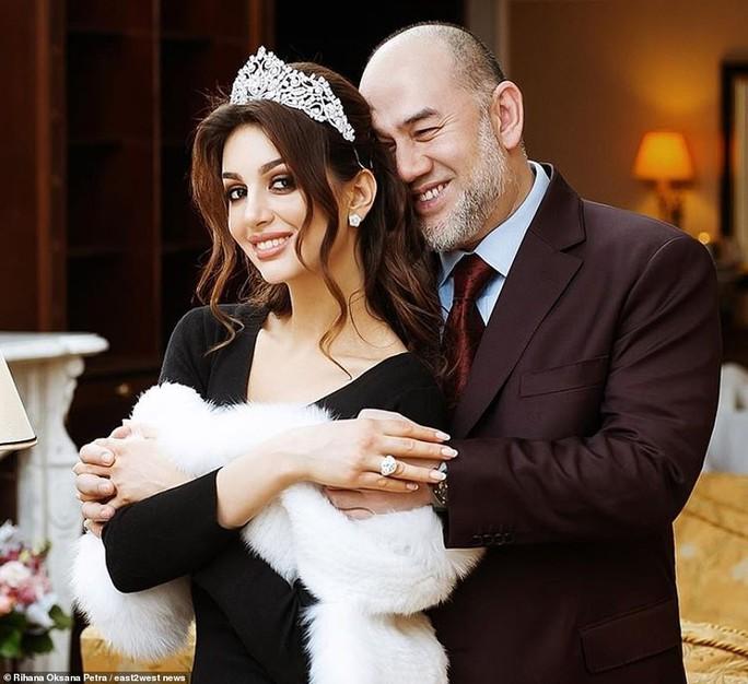 """Cựu hoa khôi Nga """"bóng gió"""" về nguyên nhân ly hôn với cựu Quốc vương Malaysia? - Ảnh 1."""