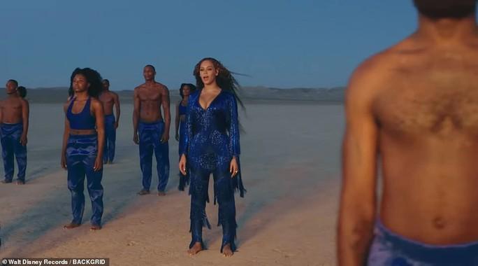 Ong chúa Beyonce được ngợi khen với thời trang sặc sỡ - Ảnh 11.