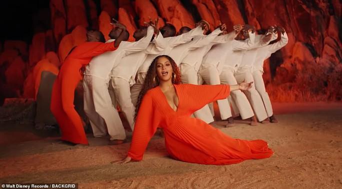 Ong chúa Beyonce được ngợi khen với thời trang sặc sỡ - Ảnh 8.