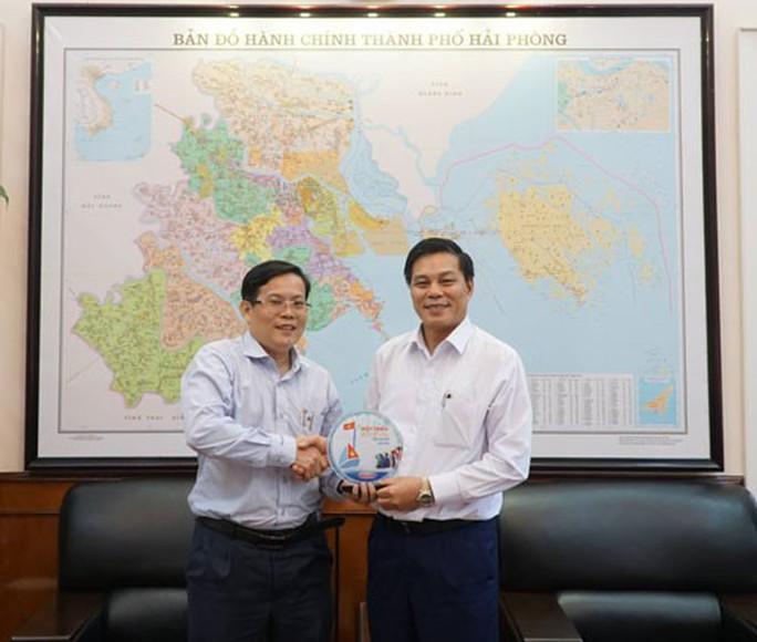Chương trình Một triệu lá cờ Tổ quốc cùng ngư dân bám biển: Đồng hành với ngư dân Quảng Ninh, Hải Phòng - Ảnh 2.