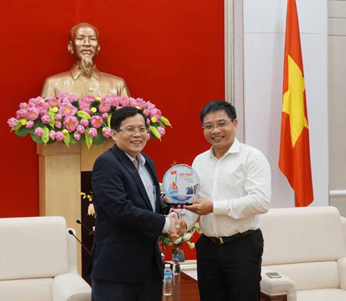 Chương trình Một triệu lá cờ Tổ quốc cùng ngư dân bám biển: Đồng hành với ngư dân Quảng Ninh, Hải Phòng - Ảnh 1.