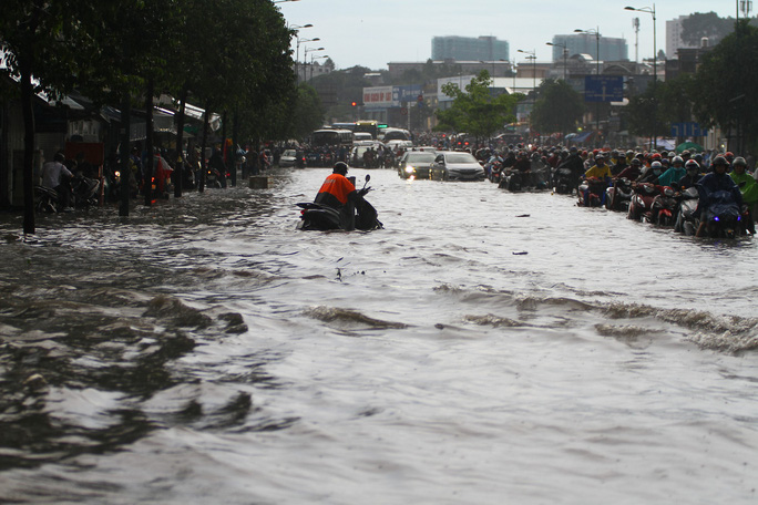 Toàn cảnh đường Phạm Văn Đồng trong trận mưa lịch sử - Ảnh 1.