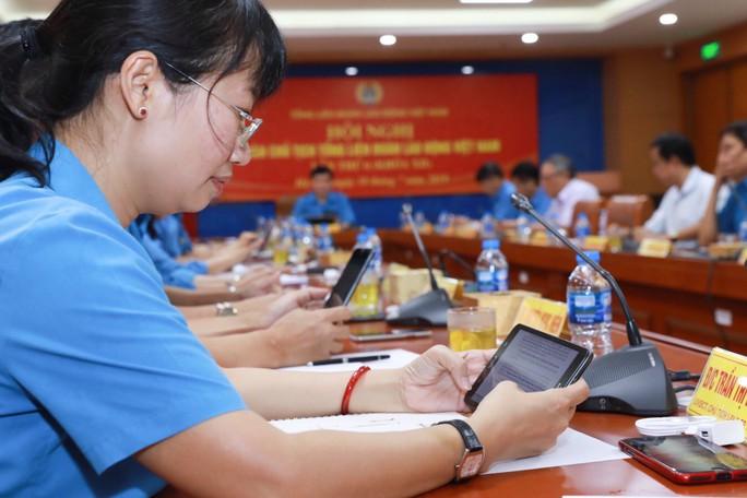 Tổng LĐLĐ Việt Nam tổ chức hội nghị không phát tài liệu bằng giấy - Ảnh 4.