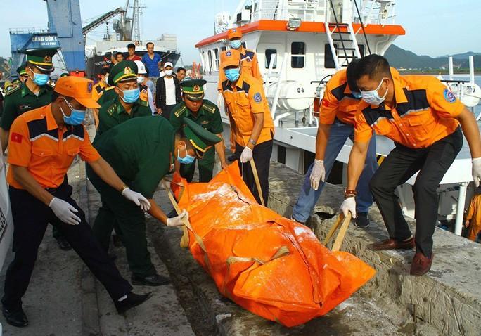 Đưa thi thể 2 thuyền viên không còn nguyên vẹn vào bờ xác định danh tính - Ảnh 1.