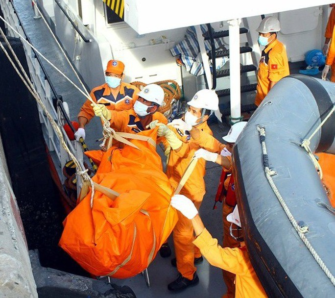 Đưa thi thể 2 thuyền viên không còn nguyên vẹn vào bờ xác định danh tính - Ảnh 2.