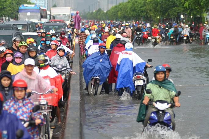 Toàn cảnh đường Phạm Văn Đồng trong trận mưa lịch sử - Ảnh 3.