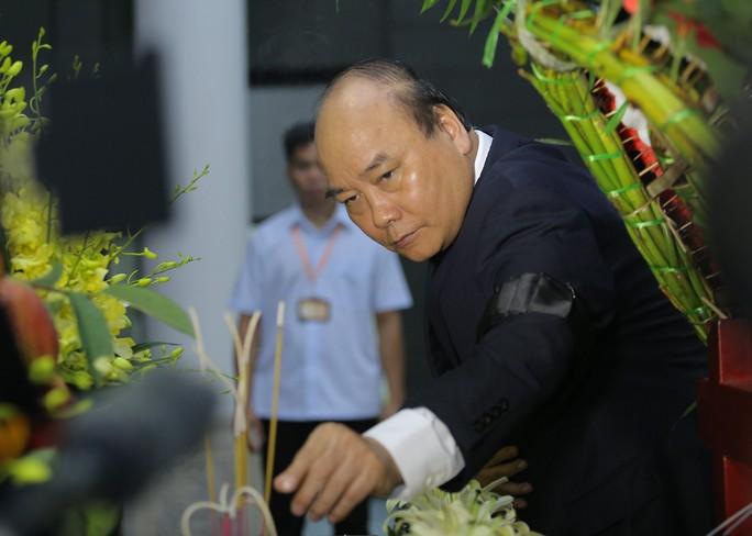 Thủ tướng Nguyễn Xuân Phúc tiễn biệt giáo sư Hoàng Tụy - Ảnh 9.