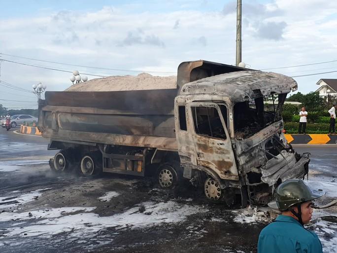 CLIP: Xe ben tông thẳng xe bồn, lửa bốc dữ dội, 2 người bị thiêu cháy trong cabin - Ảnh 8.