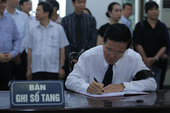 Thủ tướng Nguyễn Xuân Phúc tiễn biệt giáo sư Hoàng Tụy - Ảnh 12.