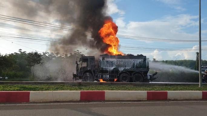 CLIP: Xe ben tông thẳng xe bồn, lửa bốc dữ dội, 2 người bị thiêu cháy trong cabin - Ảnh 3.