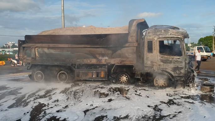 CLIP: Xe ben tông thẳng xe bồn, lửa bốc dữ dội, 2 người bị thiêu cháy trong cabin - Ảnh 6.