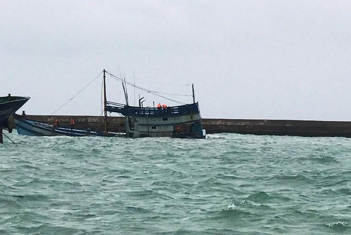 Chìm tàu chở 50.000 lít dầu tại cảng Phú Quý, nguy cơ tràn dầu - Ảnh 1.