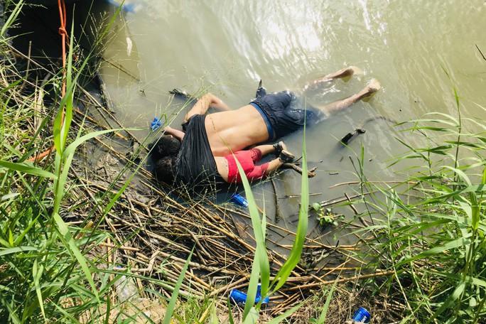 Cha con người di cư chết đuối ở biên giới Mỹ về nơi an nghỉ - Ảnh 2.