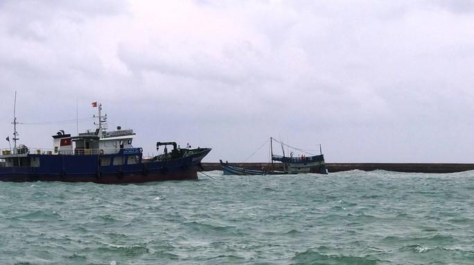 Chìm tàu chở 50.000 lít dầu tại cảng Phú Quý, nguy cơ tràn dầu - Ảnh 2.