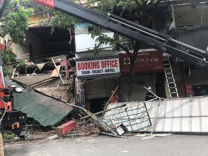 Nhà phố cổ ở Hà Nội bất ngờ đổ sập - Ảnh 8.