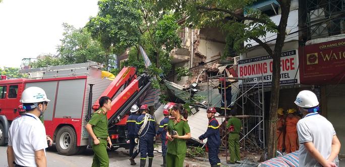 Nhà phố cổ ở Hà Nội bất ngờ đổ sập - Ảnh 1.