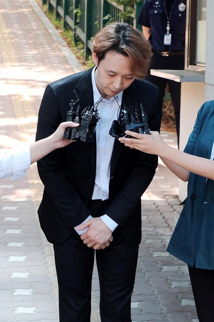 """Nhận án treo, """"Hoàng tử gác mái"""" Park Yoo Chun khóc, xin lỗi - Ảnh 3."""