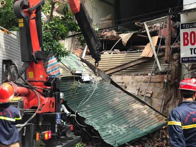 Nhà phố cổ ở Hà Nội bất ngờ đổ sập - Ảnh 11.