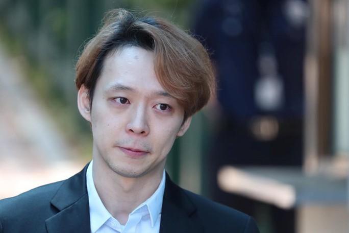 """Nhận án treo, """"Hoàng tử gác mái"""" Park Yoo Chun khóc, xin lỗi - Ảnh 1."""
