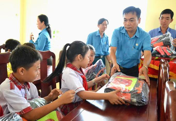 AN GIANG: Tặng cặp phao cứu sinh cho con công nhân vùng lũ - Ảnh 1.