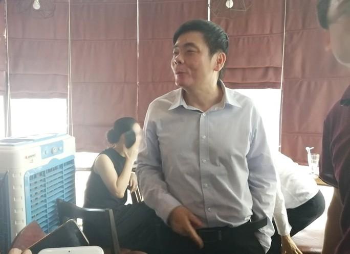 Xuất hiện sau khám xét, ông Trần Vũ Hải từ chối trả lời báo chí - Ảnh 1.