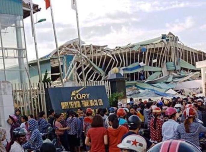 Giông lốc lớn làm đổ sập nhà xưởng của công ty Ivory Việt Nam có 3.000 công nhân - Ảnh 1.
