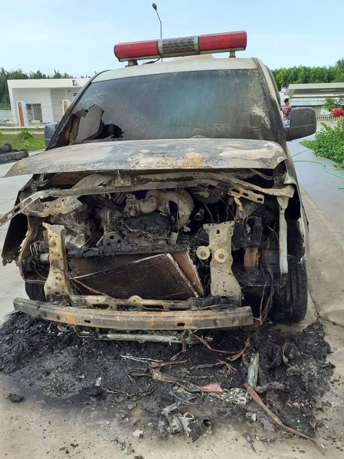 Xe cấp cứu bệnh viện huyện Cần Giuộc cháy rụi - Ảnh 1.