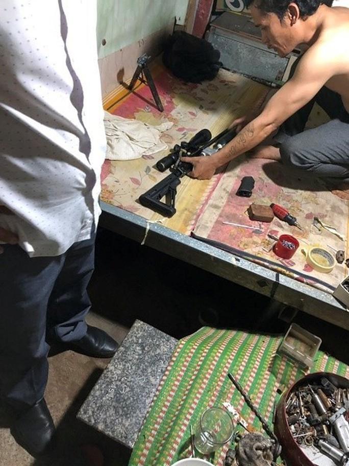 Từ vụ hỗn chiến, phát hiện kho súng trong nhà 1 chủ nợ - Ảnh 2.
