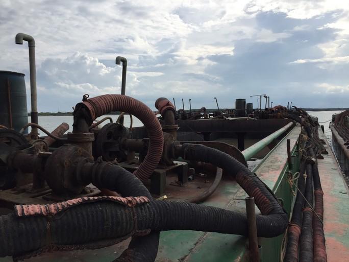 Sà lan ngàn tấn ngang nhiên hút cát trên biển Cần Giờ - Ảnh 2.